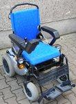 E-Mobil mit blauen Sitzen aus Stoff
